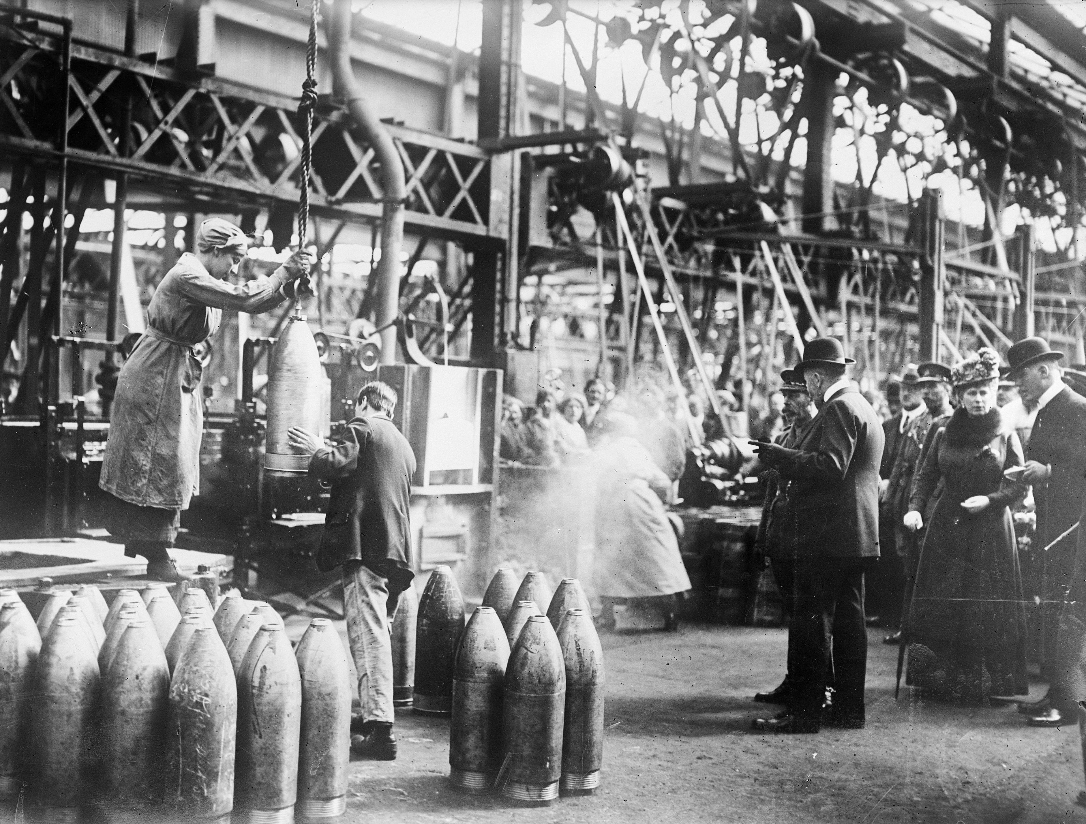 Georges V visiting an English munitions factory (1917)