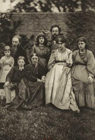 The Burne-Jones and Morris families, <i>The collected works of William Morris</i>, photographie de Frederick Hollyer (1874)
