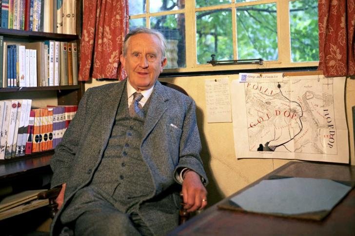 J.R.R. Tolkien dans son bureau, aux côtés de la carte de la Terre du Milieu (1966)